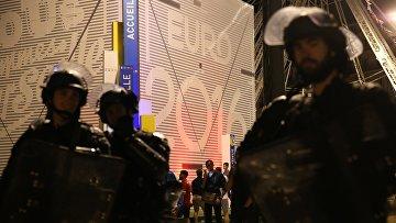 Полицейские во время беспорядков на одной из улиц Марселя после окончания матча между сборными командами Англии и России