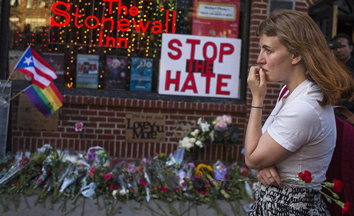 Женщина у места возложения цветов в память о жертвах стрельбы в Орландо