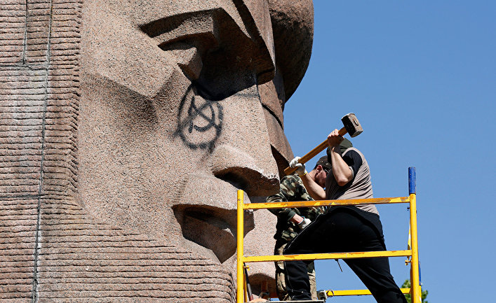 Ультраправые активисты пытаются разрушить памятник советской эпохи в Киеве
