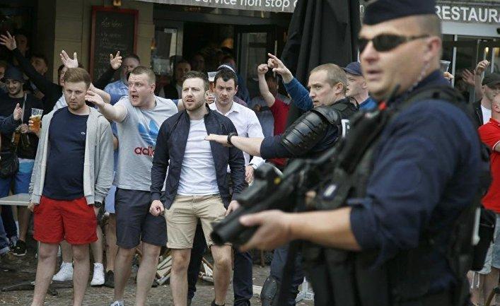 Фанаты Англии и Уэльса после драки с российскими болельщиками в Лилле