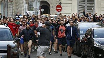Английские фанаты преследуют российских в центре Лилля