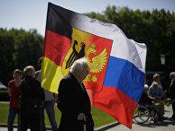 Самодельный русско-германский флаг во время празднования дня победы в Берлине