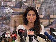 Новый мэр Рима Вирджиния Раджи на пресс-конференции