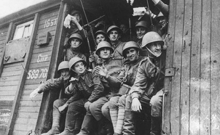 Солдаты 1-ой польской пехотной дивизии едут на фронт в 1943 году