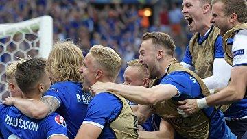 Игроки сборной Исландии радуются забитому мячу в матче группового этапа чемпионата Европы по футболу