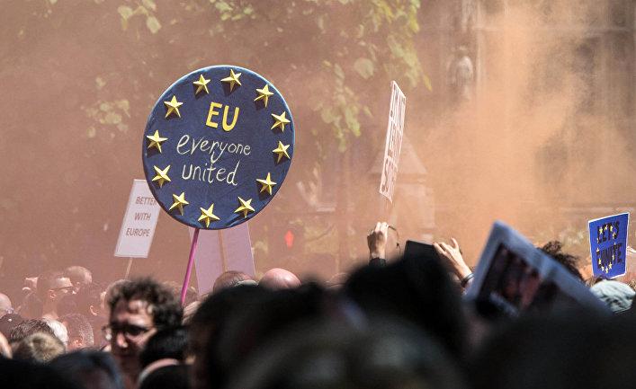Протестующие на площади парламента в Лондоне выступают против выхода Британии из ЕС