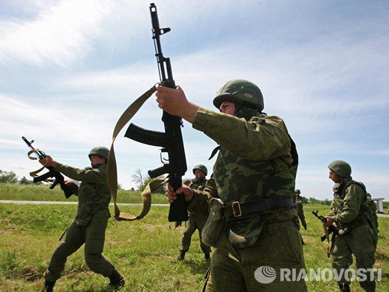 Занятия по боевой подготовке военнослужащих на полигоне Хмелевка в Калининградской области