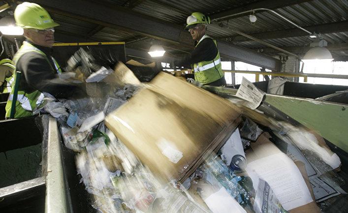 Работа предприятия по сортировке бытовых отходов в США