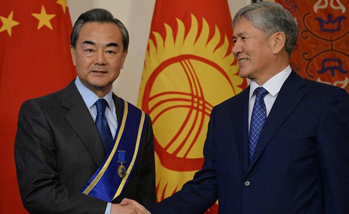 Президент Киргизии Алмазбек Атамбаев и министр иностранных дел Китая Ван И