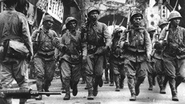 Японские солдаты маршируют в городе Нинбо в Китае