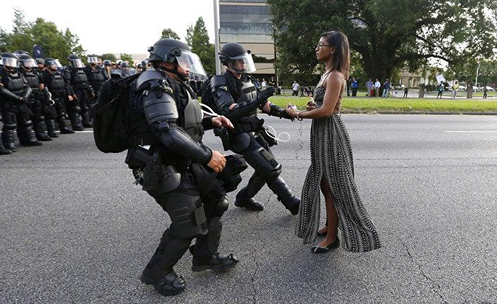 Задержание сотрудниками правоохранительных органов протестующей