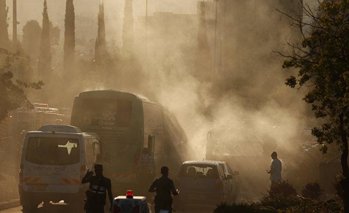 Дым от сгоревшего автобуса после взрыва в Иерусалиме