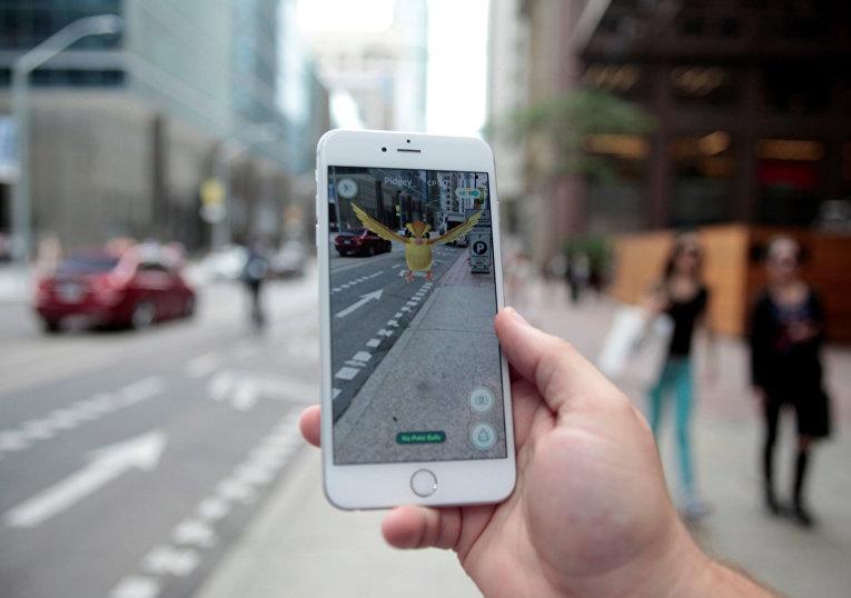 Мобильная игра Pokemon GO на экране смартфона в центре Торонто
