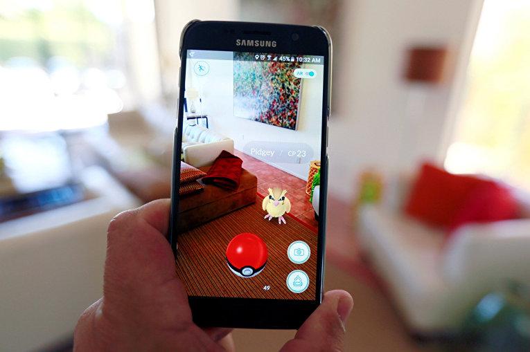 Мобильная игра Pokemon GO на экране смартфона