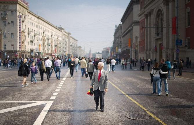 Ветеран ВОВ идет по Тверской улице в Москве