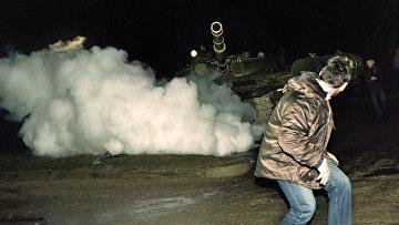 Советские танки при штурме литовского радио и телецентра в Вильнюсе