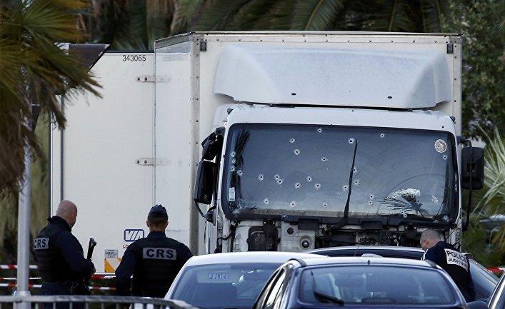 Полиция у грузовика, на котором совершили теракт в Ницце
