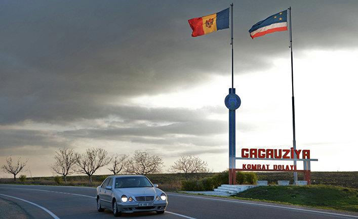Флаги Молдавии и Гагаузии на въезде в Гагаузскую автономию