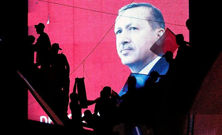 Сторонники президента Турции Тайипа Эрдогана во время проправительственной демонстрации в Анкаре