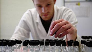 Лаборант в лаборатории по тестированию на допинг