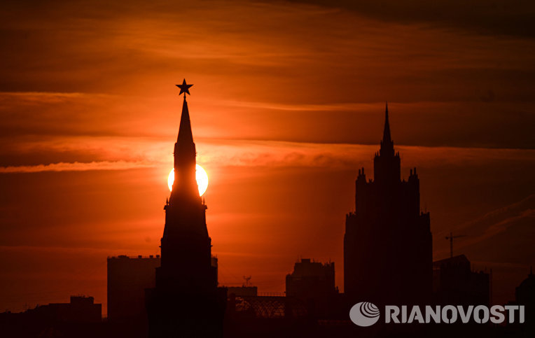 Вид на одну из башен Кремля в Москве