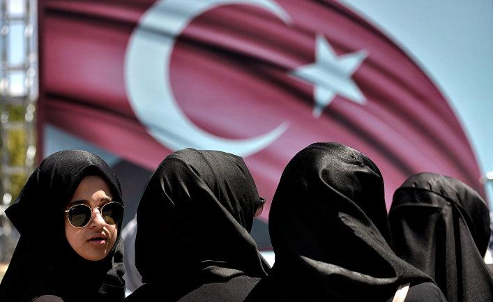 Женщины на демонстрации в поддержку президента Турции Тайипа Эрдогана в Стамбуле