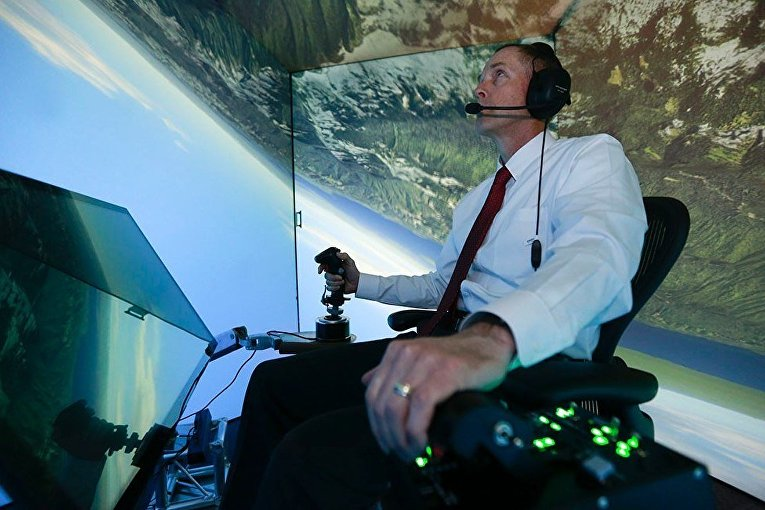 Полковник ВВС США в отставке Джин Ли принимает участие в имитации воздушного боя против искусственного интеллекта