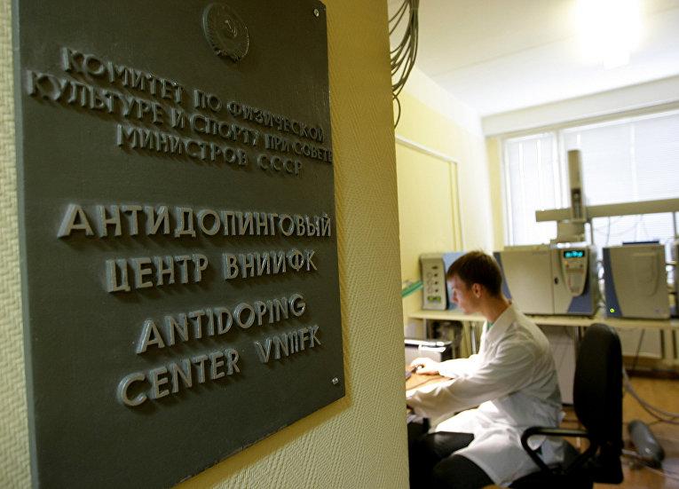 Специалист в московской антидопинговой лаборатории в Москве