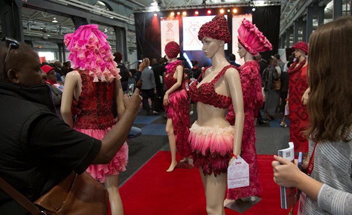Одежда из презервативов на Международной конференции по СПИДу в Дурбане