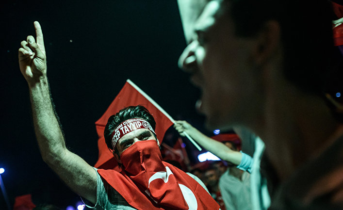 Сторонники президента Турции Эрдогана на митинге на площади Таксим в Стамбуле