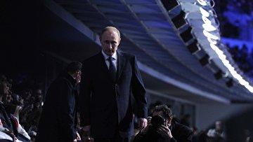 Президент России Владимир Путин на трибуне во время церемонии закрытия XXII зимних Олимпийских игр в Сочи