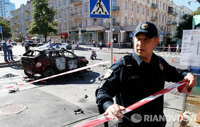 Сотрудник правоохранительных органов на месте взрыва автомобиля, в результате которого погиб журналист Павел Шеремет