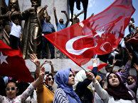 Cторонники президента Турции Тайипа Эрдогана во время демонстрации в Стамбуле