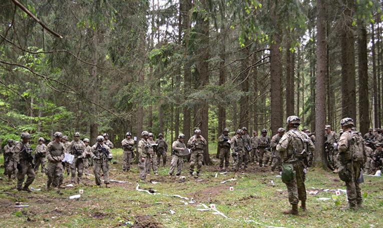 Американские солдаты на учениях в в Хоэнфельс, Германия.