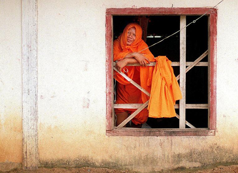 Камбоджийский монах в храме города Пномпень