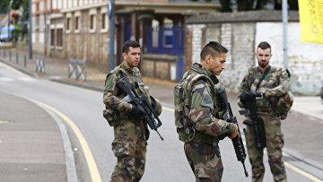 Солдаты на месте захвата заложников в церкви города Сент-Этьен-дю-Рувре