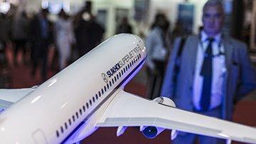 """Макет самолета """"Сухой Суперджет-100"""" авиакомпании """"Сухой"""" на международной авиационно-космической выставке """"Dubai Airshow-2015"""""""