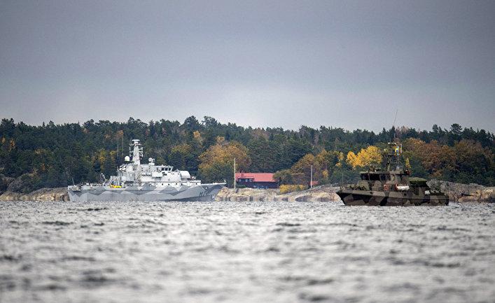Минно-тральный корабль HMS Kullen и корабль береговой охраны ведут поиски подводной лодки у побережья Швеции