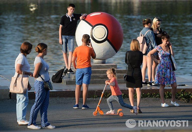 Гигантский покебол на набережной в Екатеринбурге