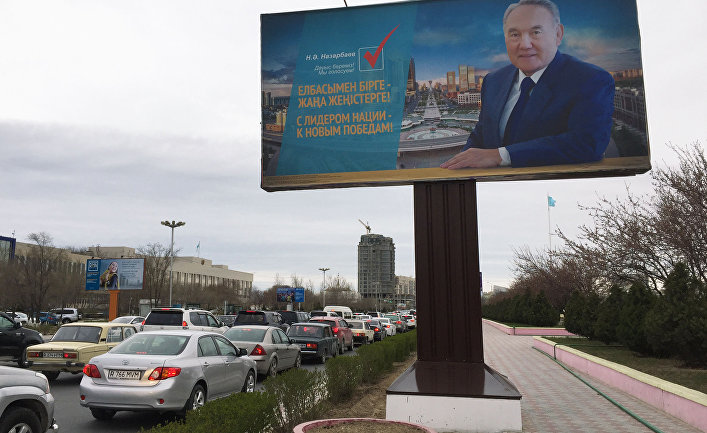 Предвыборный плакат на улице в городе Актау