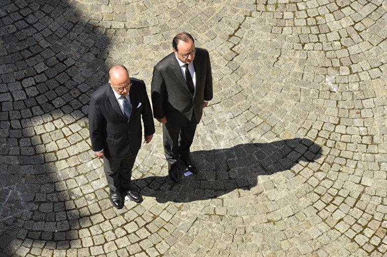 Президент Франции Франсуа Олланд и министр внутренних дел Франции Бернард Казнёв принимают участие в минуте молчания по жертвам теракта в Ницце