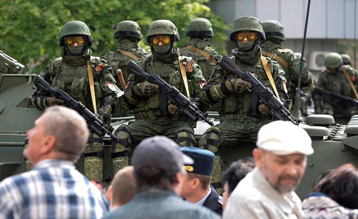Пророссийские солдаты из Донецкой Народной Республики во время парада Победы в Донецке