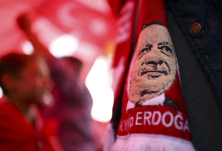 Портрет президента Турции Тайипа Эрдогана во время проправительственной акции протеста в Кельне