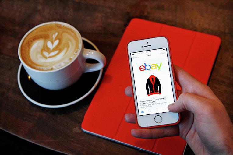Страница интернет-магазина eBay на экране телефона