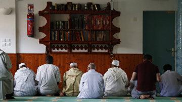 Люди молятся в мечети в Нормандии