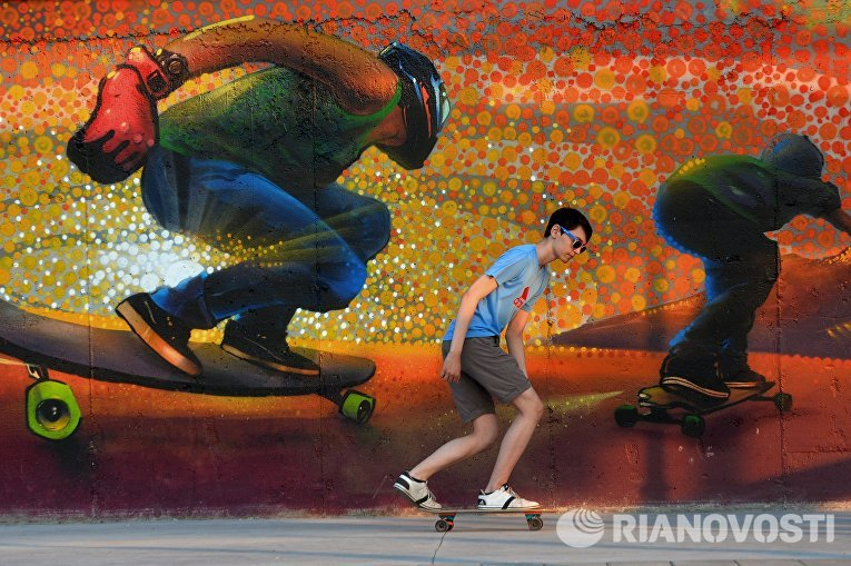 Юноша катается на скейте, Казань