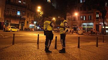 Бразильские полицейские в квартале Лапа в Рио-де-Жанейро