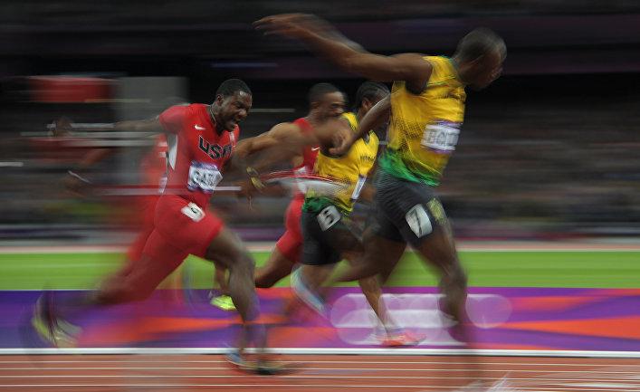 Ямайский спортсмен Усэйн Болт (справа) на соревнованиях по легкой атлетике на XXX летних Олимпийских играх, август 2012.