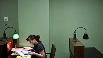 Студентка биологического факультета Московского государственного университета им. М.В. Ломоносова в библиотеке вуза
