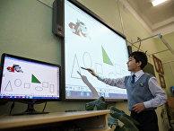Ребенок использует сенсорную панель на уроке математики